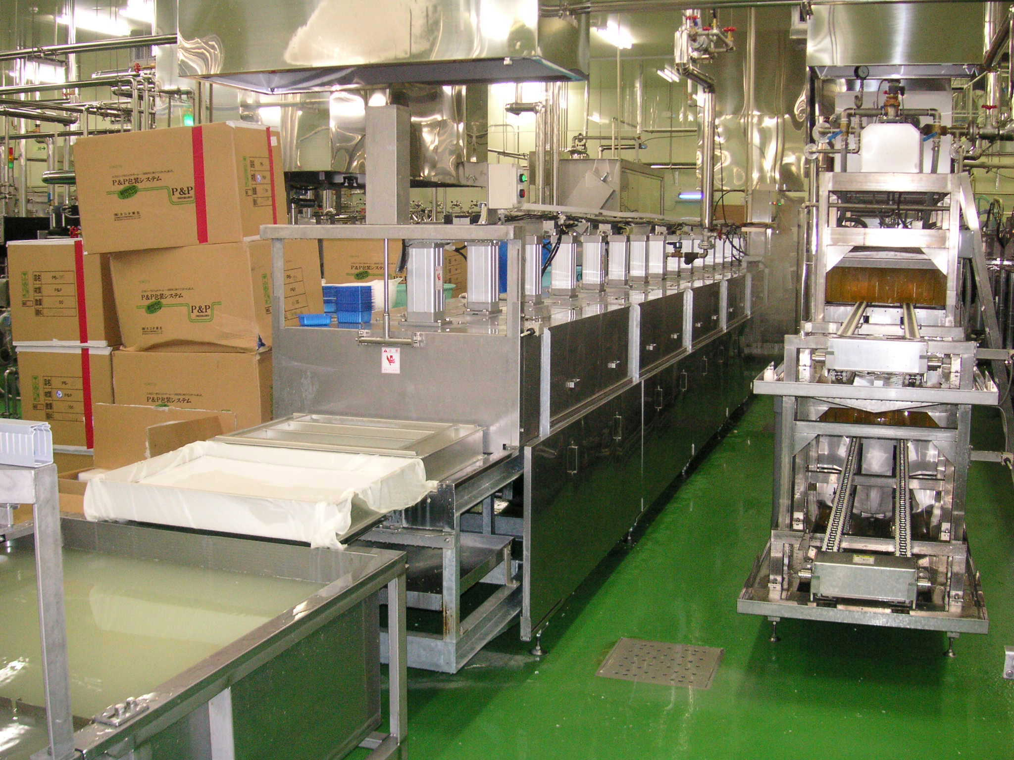 Cleaning device for pressing type molding boxes returning image.