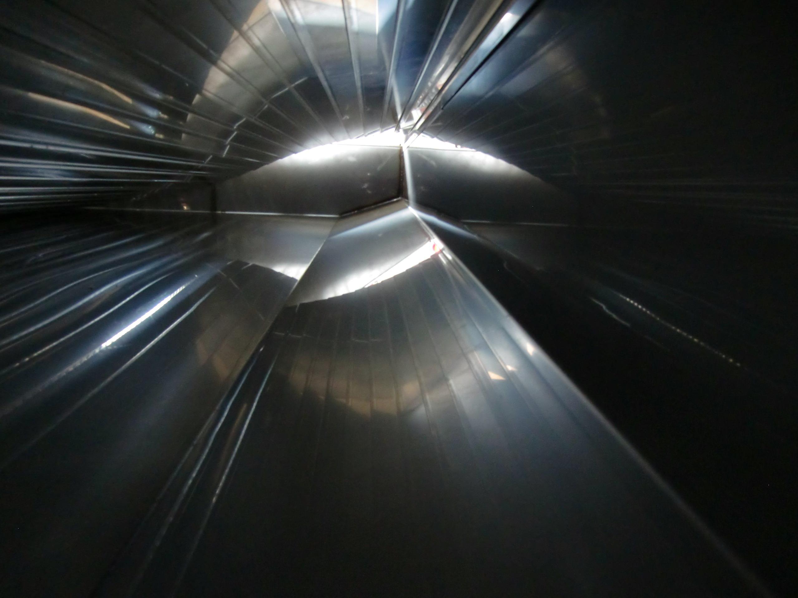 水槽内部:片流れ勾配と端面面取り イメージ